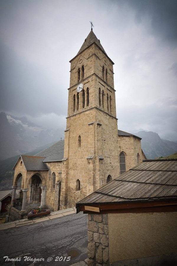 Trek v Alpách. Kostel v La Grave.