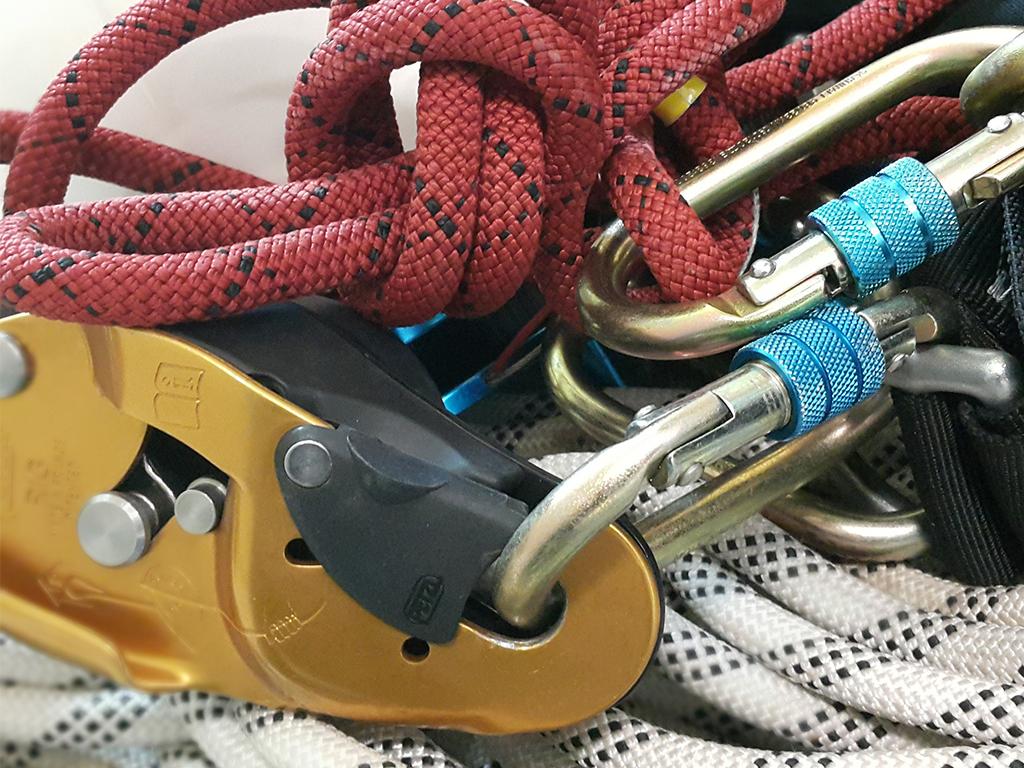 Horolezecké vybavení: GriGri, karabiny, lano.