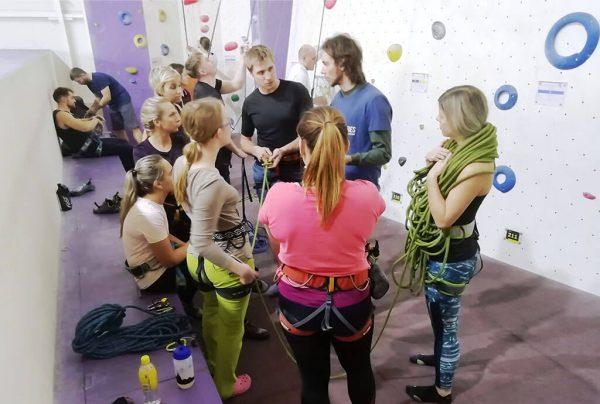 instruktor lezení na umělé stěně